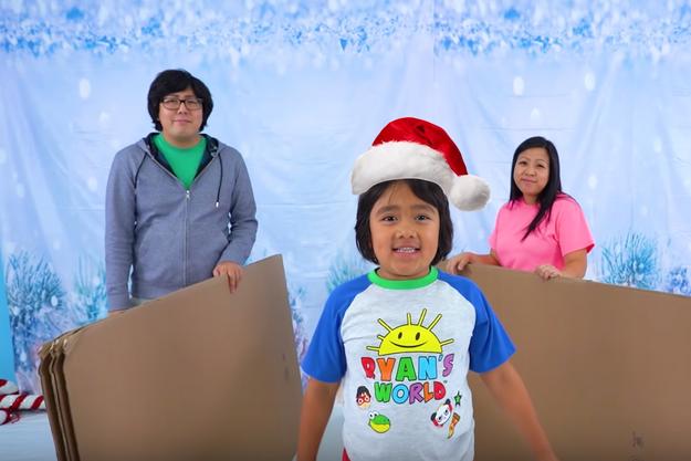 Ryan et ses parents dans une vidéo.