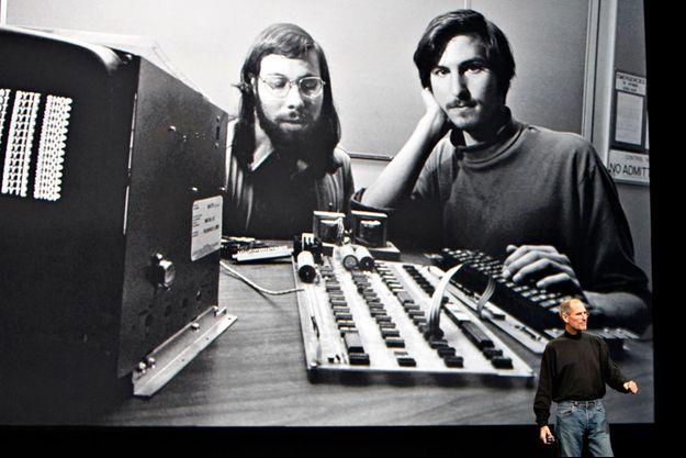 Dix-huit mois avant sa mort, Steve Jobs présente l'iPad. Projetée sur l'écran géant, ce 27 janvier 2010, une photo de ses débuts avec son compère Steve Wozniak, devant l'Apple I.