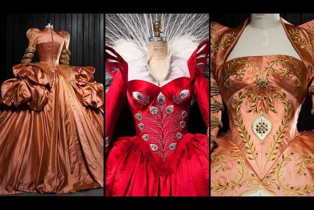 La robe de bal dorée de dos et de face, et la robe rouge, portées par la Reine