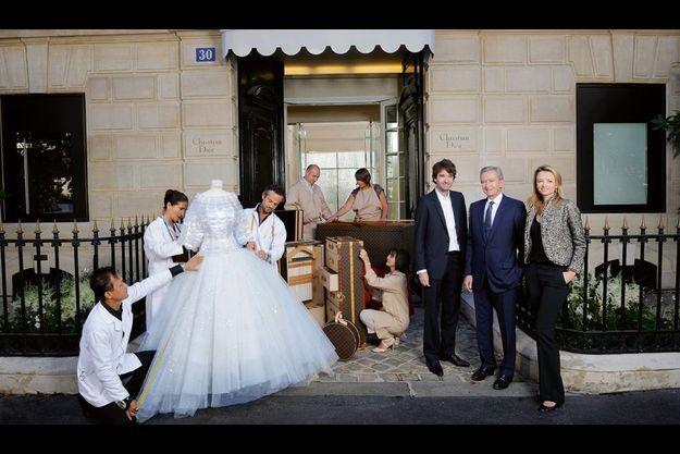 Devant l'entrée de la maison Dior,  Antoine Arnault, directeur général de Berluti, l'initiateur des Journées particulières, et sa sœur Delphine, directrice générale adjointe de Dior, entourent leur père Bernard, propriétaire et président du groupe LVMH. Autour d'une robe de soie, tulle et Rhodoïd de la collection automne-hiver.