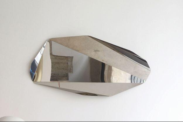 A 27 ans, Victoria Wilmotte, la fille du célèbre architecte, a de qui tenir. Son design minimal en séduit plus d'un depuis sa première exposition chez Pierre Bergé et associés en 2009. On la retrouve cet hiver chez Made in Design avec le miroir Piega, ci-dessus (840 €).