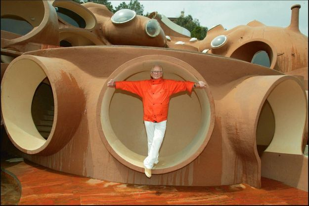 En mai 2003, au Palais Bulles à Théoule-sur-Mer, racheté douze ans auparavant. Il y a fêté ses 80 ans et ses 50 ans de carrière.