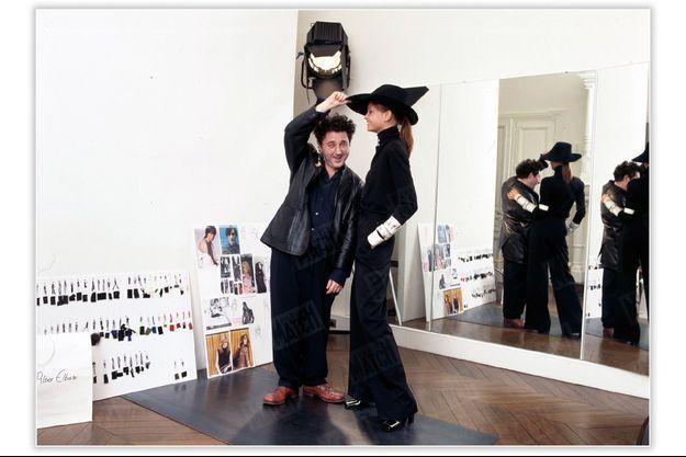 « Dans le showroom attenant à son bureau, rue Léonce-Reynaud, Alber Elbaz s'accorde un bref moment de détente avec la top model russe Natalia Semanova. Ce mannequin représente Opium, un parfum d'YSL, dans le clip publicitaire réalisé par David Lynch. » - Paris Match n°2599, 18 mars 1999