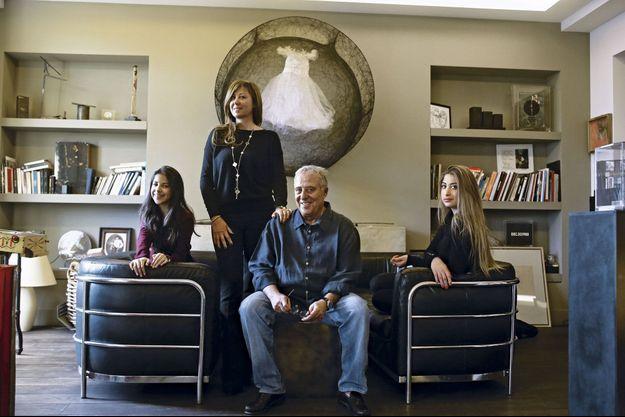 Avec sa fille Kareen, derrière lui, et ses petites-filles, Pénélope et Eléa.