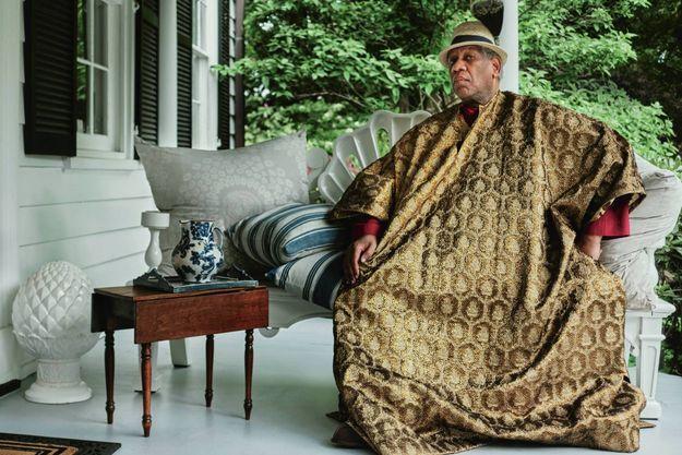 En cafetan, sa tenue fétiche. Sur le porche de sa maison de White Plains (Etat de New York), le 19 mai 2020.