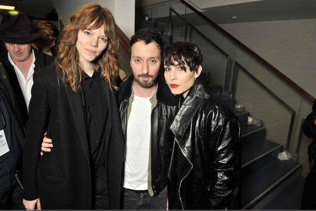 Anthony Vaccarello entre Freja Beha Erichsen et Noomi Rapace le 1er mars à la Fashion Week de Paris.