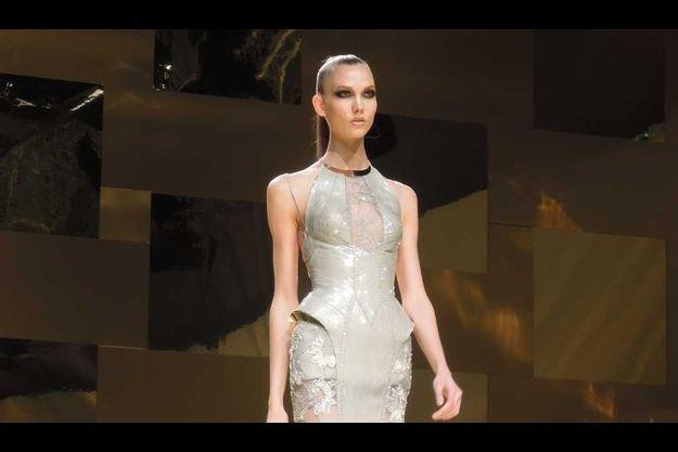 Karlie Kloss ouvrant le défilé Atelier Versace.