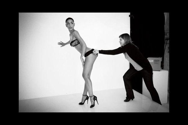 Poitrine généreuse, taille fine, jambes interminables... Les modèles sont aussi souples que musclées pour tenir la pose. Pour une fois, les belles inconnues se montrent à visage découvert.