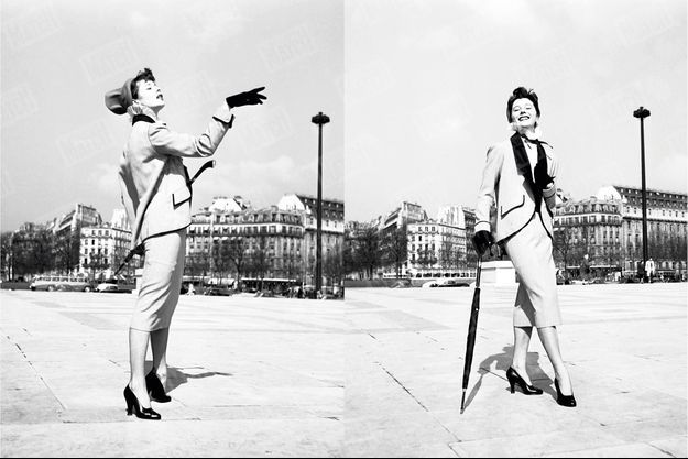L'art de la pose. Walter Carone, photographe à Paris Match, demande à Bettina de présenter le même tailleur pour des journaux différents. À droite, pour « Elle », une posture sans façon. À gauche, pour « L'Officiel de la mode », à destination des couturières, Bettina met en valeur l'aspect technique.