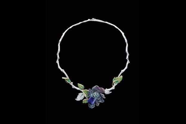 Floral : Pièce maîtresse de la collection Dior Rose, ce collier, serti d'une nuée de pierres précieuses, arbore un saphir birman magnifique, taille émeraude, de 14 carats.
