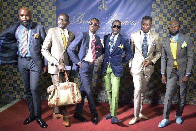 Lors de la soirée d'inauguration à Brazzaville, le 19 juillet, les sapeurs prennent la pause pour présenter les classiques de la maison américaine.