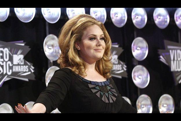 Adele habillée en Burberry lors de MTV VMA