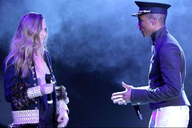 Cara Delevingne et Pharrell Williams lors du mini-concert donné à New York lors du défilé Chanel.