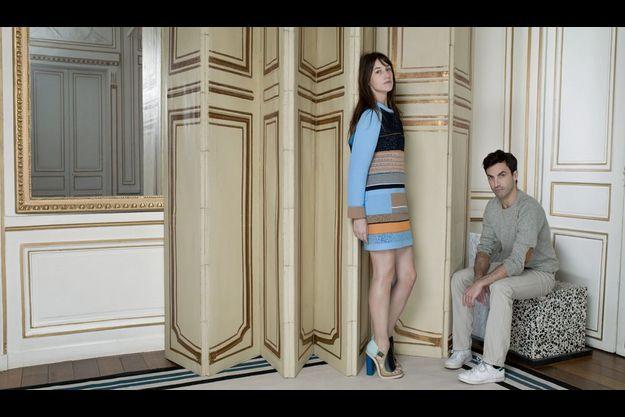 Dimanche 28 février, Paris VIe. Dans les salons-bureaux de l'hôtel particulier de Balenciaga, Charlotte Gainsbourg porte, en avant-première, une silhouette qui défilera le jeudi suivant. Nicolas Ghesquière a créé des sandales inspirées de l'architecte Charlotte Perriand.