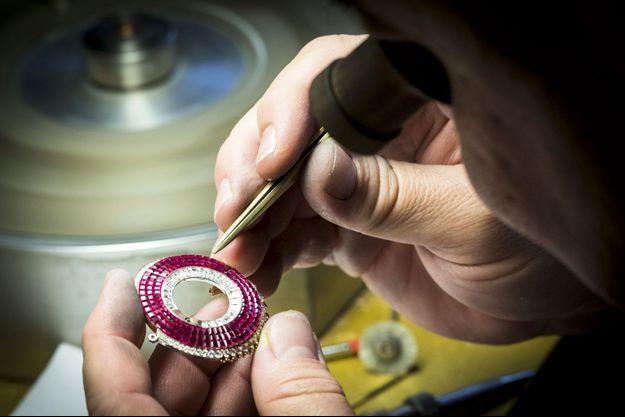 Le joaillier met en place les rubis calibrés.