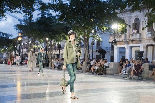 A La Havane, Karl Lagerfeld transforme le Paseo del Prado en un podium à ciel ouvert.