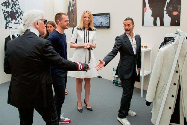 Karl Lagerfeld salue Marc Jacobs, arrivé de New York la veille. Derrière eux, Delphine Arnault et le finaliste belge Tim Coppens.