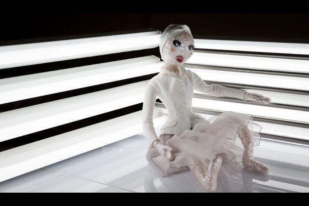 La poupée Dior sera vendue aux enchères lundi 3 décembre.