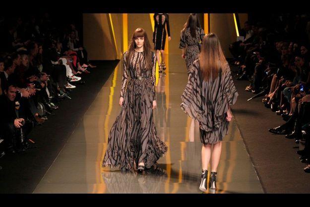 Les robes sont graphiques, les motifs évoquant des branchages mordorés