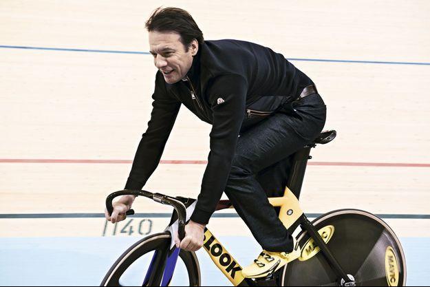 Sur la piste olympique du vélodrome national de Saint-Quentin-en-Yvelines, Samul roule avec le vélo Look de l'équipe de France.