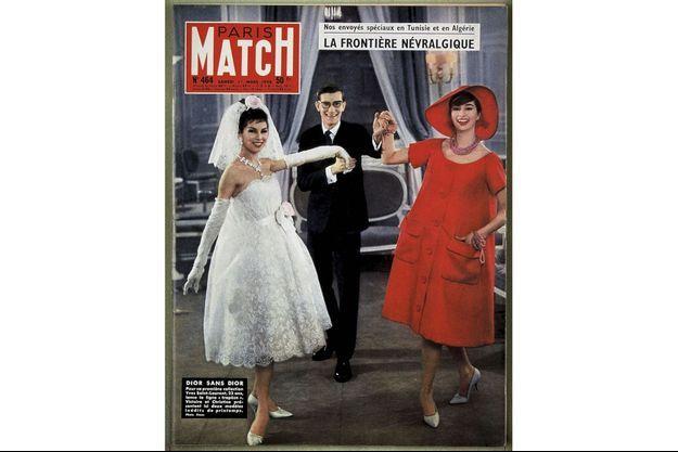 Mars 1958. Sous l'oeil de Willy Rizzo, Yves Saint Laurent présente sa première collection comme directeur artistique de Dior. A gauche, Victoire, à droite, Christine.