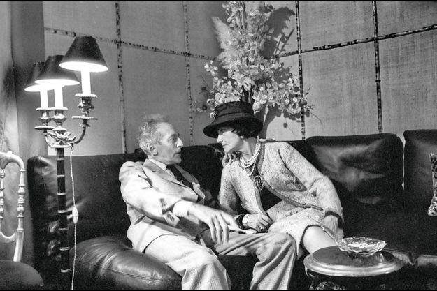 Coco Chanel et son ami Jean Cocteau, en 1961 à Paris. Elle crée les costumes de son adaptation d'«Antigone », de Sophocle, en 1922, l'aide à monter sa pièce « Les chevaliers de la Table ronde » en 1937. Elle le soutiendra toujours, payant ses ardoises comme ses cures de désintoxication de l'opium.