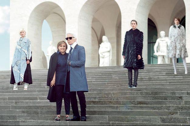 Silvia Fendi au bras de Karl, sur les marches du Palazzo della Civilta Italiana, à Rome.