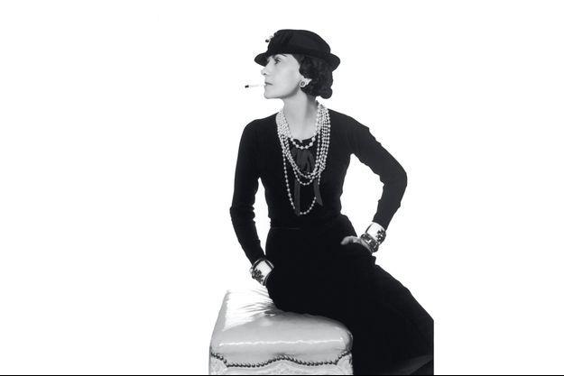 Le style Chanel petite robe noire, collier de perles et attitude conquérante, immortalisé par Man Ray en 1937.