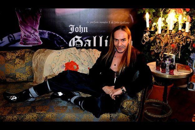 """Le huit juillet 2008, le styliste pose pour la soirée de lancement du """"John Galliano n° 1"""", le premier parfum du couturier, dans sa maison de la rue d'Avron."""