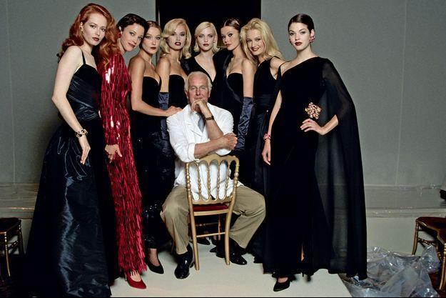 12 juillet 1995, « Monsieur » fait ses adieux avec (de g. à dr.) Viktoria Vamosi, Jean McCaan, Carla Bruni, Adriana Sklenarikova, Nadja Auermann, Tatiana Sorokko, Karen Mulder et Alice Do.