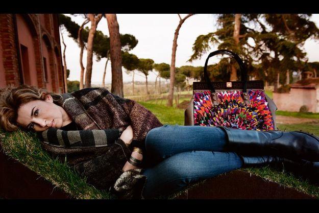 Ilaria devant son atelier, dans sa ferme bio, dans les environs de Rome. A côté d'elle, une création en chutes de tissus traditionnels masai.