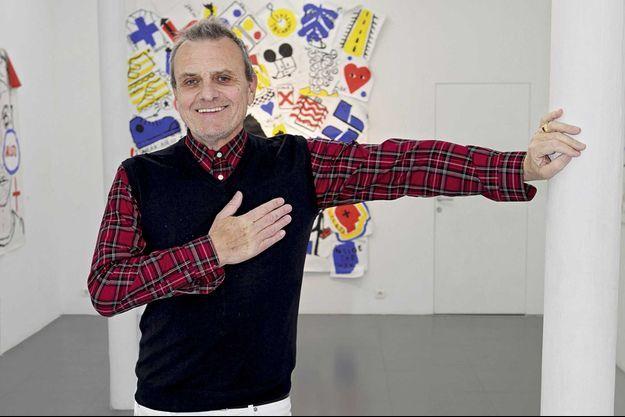 A la galerie Magda Danysz, à Paris. Le créateur exposera ses œuvres au Met à New York en mai. Il lance son site Internet mode et art, jc-de-castelbajac.com. En médaillon, le jeune Castelbajac dans les années 1970.