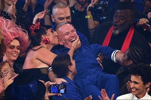 Rossy de Palma embrasse Jean-Paul Gaultier à la fin du défilé.