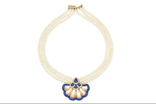 Van Cleef & Arpels. Typique des années 1980-1990, ce collier transformable en perles, nacre, lapis-lazuli, corail et diamants a été vendu 9 500 euros par Christie's.