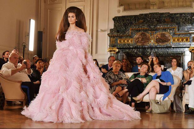 En majesté, lors du final du défilé Valentino automne-hiver 2018-2019, le 4 juillet, à Paris. Kaia porte la robe Flamingo, réalisée en organdi et plumes d'autruche.