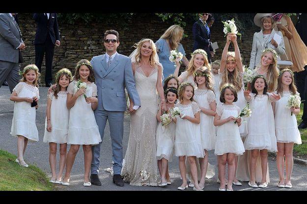 Parmi les 14 demoiselles d'honneur, la propre fille de Kate Moss, Lila Grace, 8 ans, et les petites-filles de Keith Richards, Ella et Ida, laissent exploser leur joie.