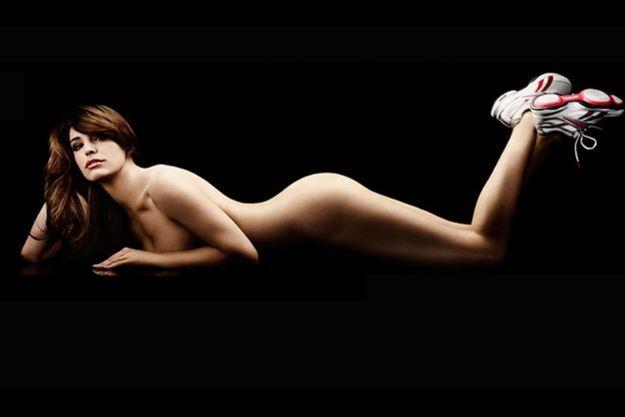Kelly Brook pose nue dans la campagne pour les baskets EasyTones de Reebok.