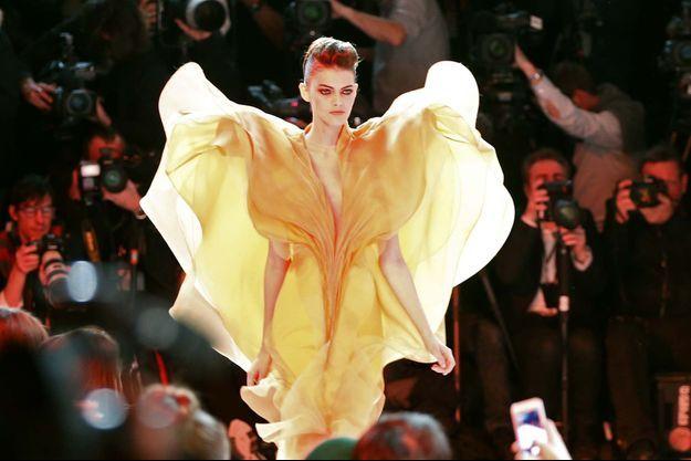 Le clou du spectacle, cette impressionnante robe jaune.