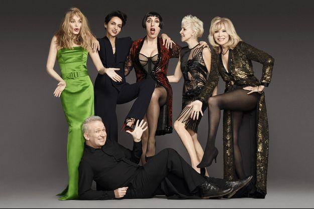 En pantalon-jupe, aux pieds de celles qui le portent aux nues: (de g. à dr.) Arielle Dombasle, sa première égérie, Farida Khelfa, l'actrice espagnole Rossy de Palma, l'actrice et réalisatrice Tonie Marshall, Amanda Lear.