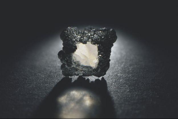 Un diamant synthétique brut obtenu en laboratoire.