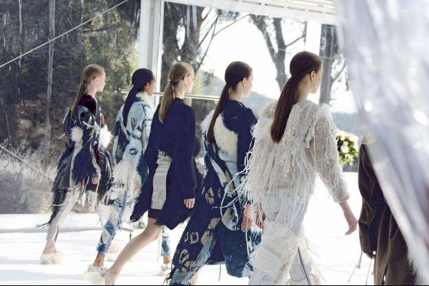 Les mannequins d'Elina Määtänen, styliste finlandaise en compétition, présentent ses créations.