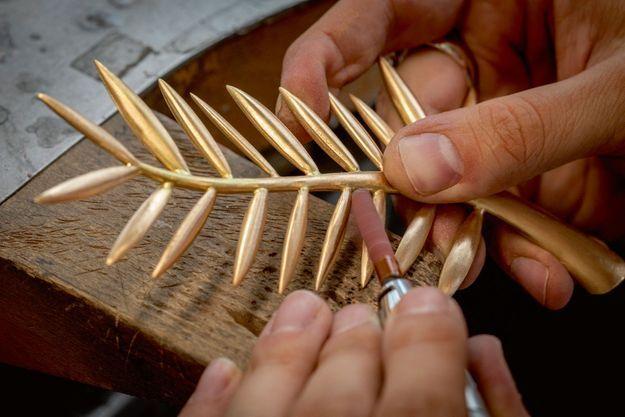 Le trophée est fabriqué grâce à la technique de la cire fondue. Il est ensuite ébarbé et poli à la main.