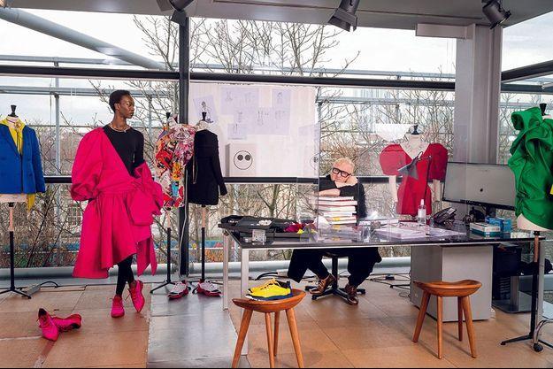 Dans son bureau, à la Fondation Cartier en janvier. Le mannequin Marie-Lou porte une jupe en satin duchesse et le body en jersey Anatoknit. Des modèles uniquement vendus en ligne, comme tous ceux d'AZ Factory.