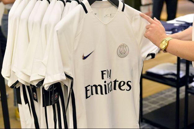 Le troisième maillot du PSG, blanc et doré.