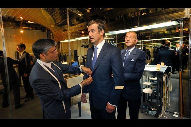 Notre reporter Régis Le Sommier (au centre) teste la grande mesure entre les mains des maîtres tailleurs de la maison. Daniel Dagha (à g.) et François Smalto, neveu du fondateur Francesco Smalto.