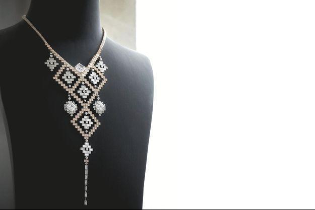 Fleuron de la collection, ce collier en or rose et diamants blancs peut être porté de sept façons différentes.