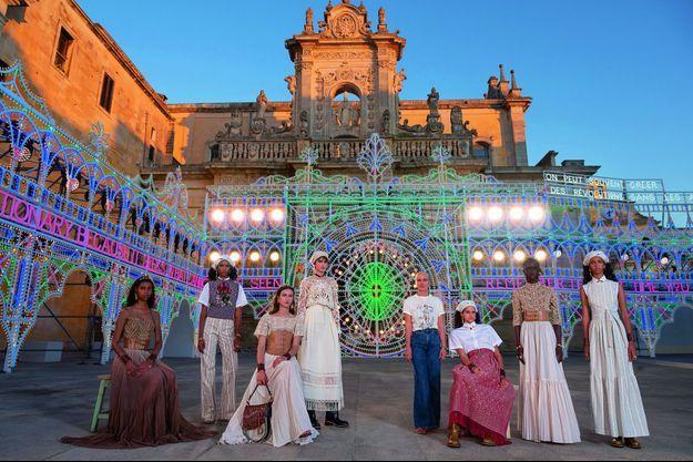 Croisière 2021. Autour de la directrice artistique des collections femme Dior (en jeans). Piazza del Duomo, à Lecce, le 22 juillet