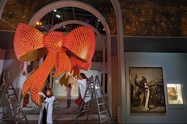 11 novembre, au Grand Palais : 3 mètres d'envergure orné de 1 665 flacons de parfum et de LED, l'installation de Joana Vasconcelos, « J'adore Miss Dior ». Ci-dessous : photo de Richard Avedon. Dovima porte la robe Soirée de Paris, Dior, 1955.