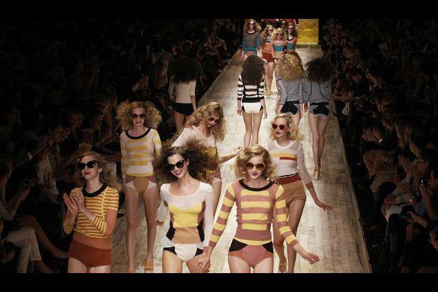 Sonia Rykiel Avec ses femmes libres à l'allure très seventies, la créatrice parisienne donne le ton de cette saison : légère et allègre. Avec Nathalie, sa fille, Sonia Rykiel réinvente ses fondamentaux : maille rayée dans des teintes brique, rose thé ou jaune canari.