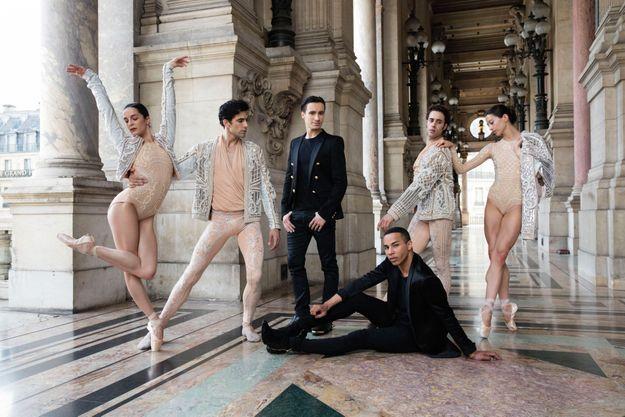 Dans la loggia du palais Garnier. Assis (au centre), Olivier Rousteing. Debout (de g. à dr.), Amandine Albisson, Audric Bezard, Sébastien Bertaud, Mathias Heymann et Hannah O'Neill.